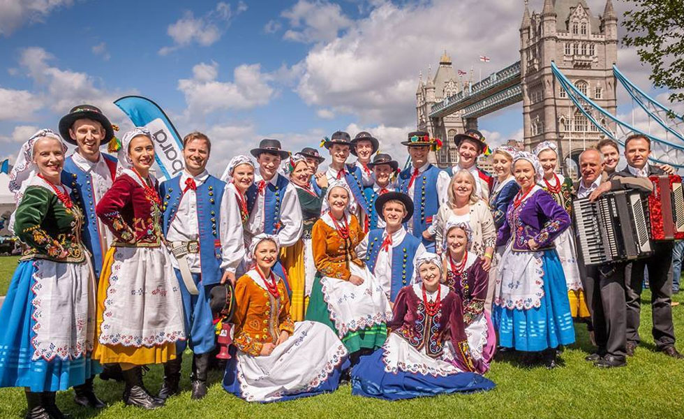 Photo: a group of Polish people in their traditional dress